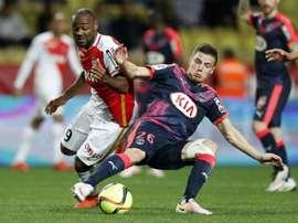 Vagner Love à la lutte avec Frederic Guilbert lors d'un match de Ligue 1. AFP