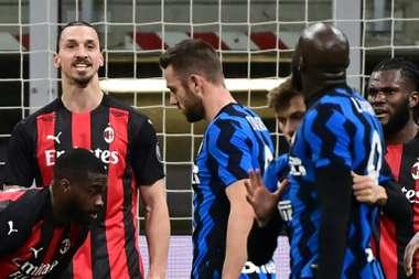 Zlatan Ibrahimovic (L) argues with Romelu Lukaku (R) during their Italian Cup clash. AFP