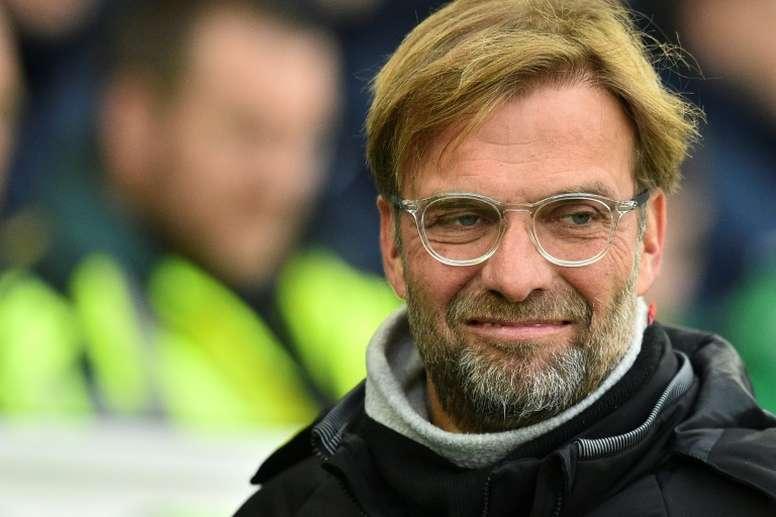 Klopp e a braçadeira de capitão do Liverpool. AFP