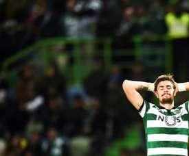 Zagueiro do Sporting é expulso após cometer três pênaltis. AFP