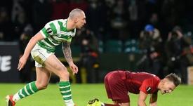 Con gol y doble amarilla de Brown, el Celtic se impuso. AFP
