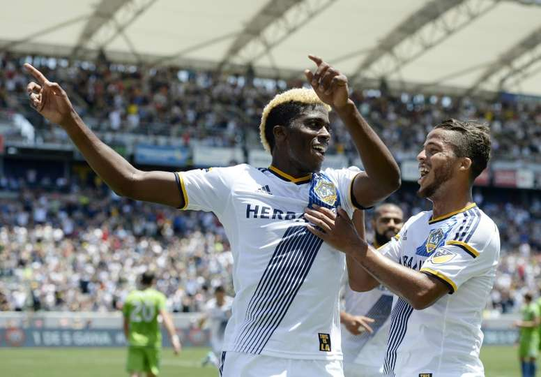 Gyasi Zardes of the Los Angeles Galaxy, pictured (L) with Giovani Dos Santos. BeSoccer