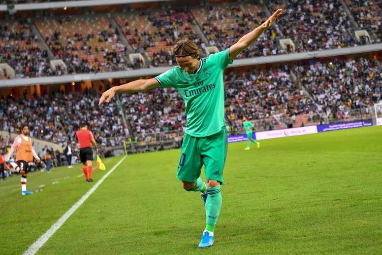 Les deux Inter sont à la lutte pour Modric. AFP