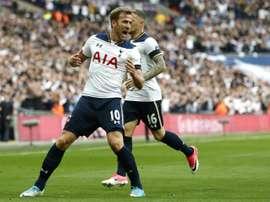 Le joueur de Tottenham, Kane, célèbre son but en Premier League avec ses coéquipiers. AFP