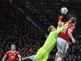 Jeroen Zoet salta a despejar de puños un balón en un partido de Champions con el PSV. AFP