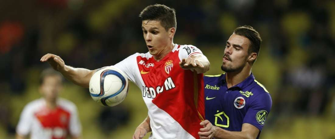 Monacos Argentinian forward Guido Carrillo (L) vies with Caens French defender Damien Da Silva during the French L1 football match on December 2, 2015 at the Louis II Stadium in Monaco