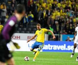 Frances goalkeeper Hugo Lloris (L) reacts as Swedens