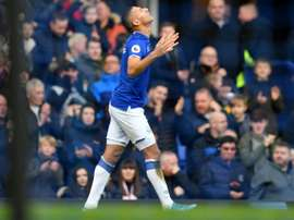 Richarlison tacle Liverpool et Van Dijk. AFP