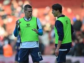 Ryan Shawcross, a la izquierda, no olvidará su debut internacional. AFP