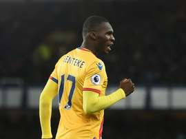 Avançado belga marcou os dois gols do Crystal Palace em Liverpool. AFP
