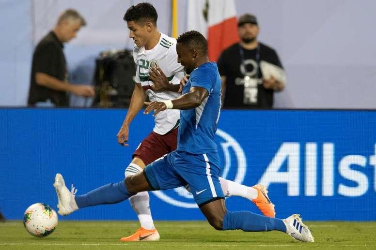Mexico beat Martinique to reach Gold Cup quarter-finals.