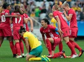 Janine Beckie (2d) ya suma tres goles en estos Juegos. AFP
