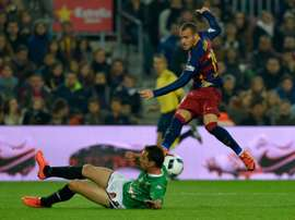 Barcelonas forward Sandro Ramirez (R) clashes with Villanovenses midfielder Curro (L) during a Spanish Copa del Rey match at the Camp Nou stadium in Barcelona on December 2, 2015