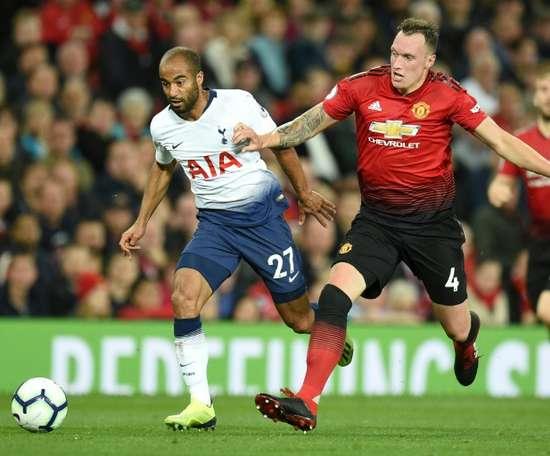 Phil Jones é um dos jogadores na lista de saída do Manchester United. AFP