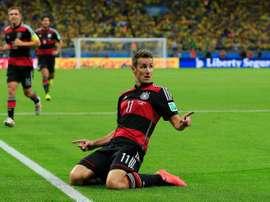 El delantero alemán elogió a Diego Forlán. AFP