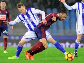 Real Sociedads midfielder David Zurutuza (L) vies with Eibars midfielder Pedro Leon during the Spani