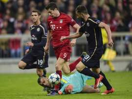 Zagrebs Portuguese goalkeeper Eduardo and Bayern Munichs Polish striker Robert Lewandowski (C) vie for the ball during the Group F, first-leg UEFA Champions League football match in Munich, on September 29, 2015