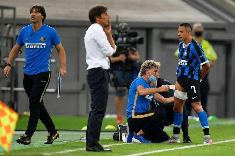 Alexis Sanchez (R) got a hamstring injury in the quarter-final v Leverkusen. AFP