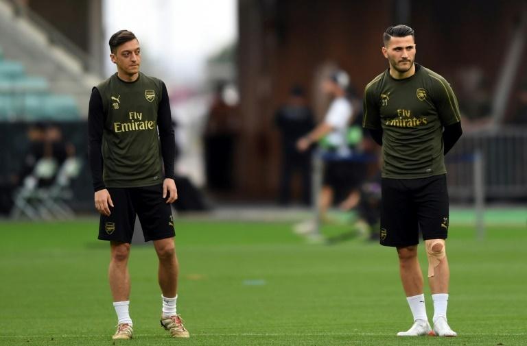 Özil y Kolasinac atrapados en una guerra de pandillas