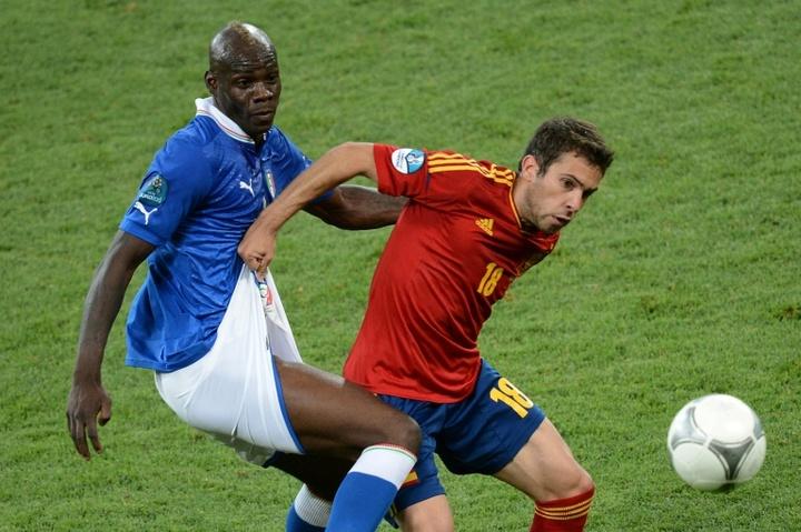 Balotelli ya sabe lo que es jugar con Italia y también contra España. AFP