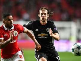 Douglas Pereira et Daley Blind à la lutte en Champions League. AFP