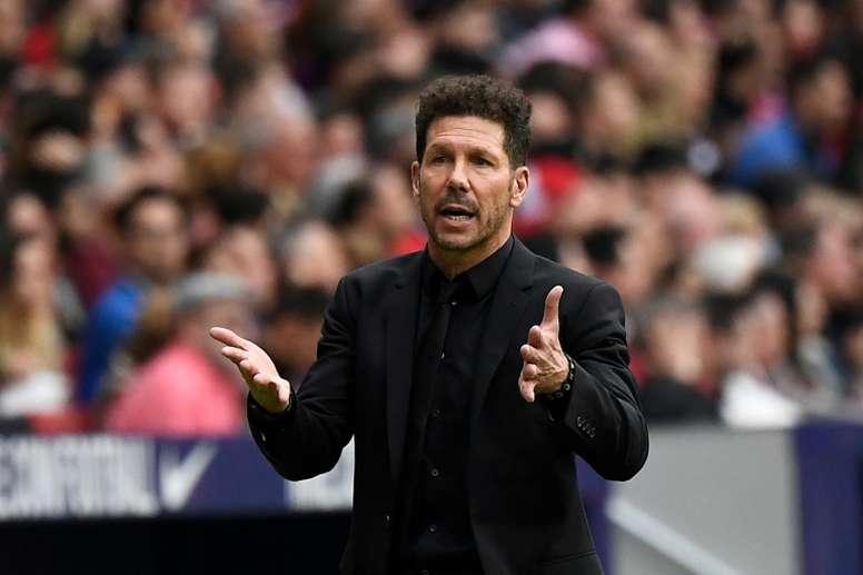 Simeone se esquiva sobre possível chegada de Cavani ao Atlético. AFP