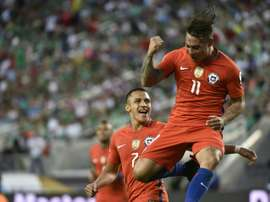 Chiles Eduardo Vargas (R) celebrates after scoring against Mexico. BeSoccer
