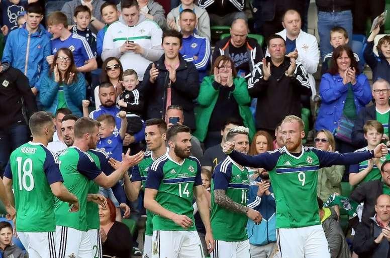 Irlanda del Norte consiguió ganar a Azerbaiyán en el descuento. AFP