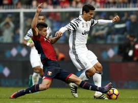 Genoas forward Giovanni Simeone (L) vies for the ball with Juventus Brazilian midfielder Anderson Hernanes during the Italian Serie A football match between Genoa and Juventus on November 27, 2016
