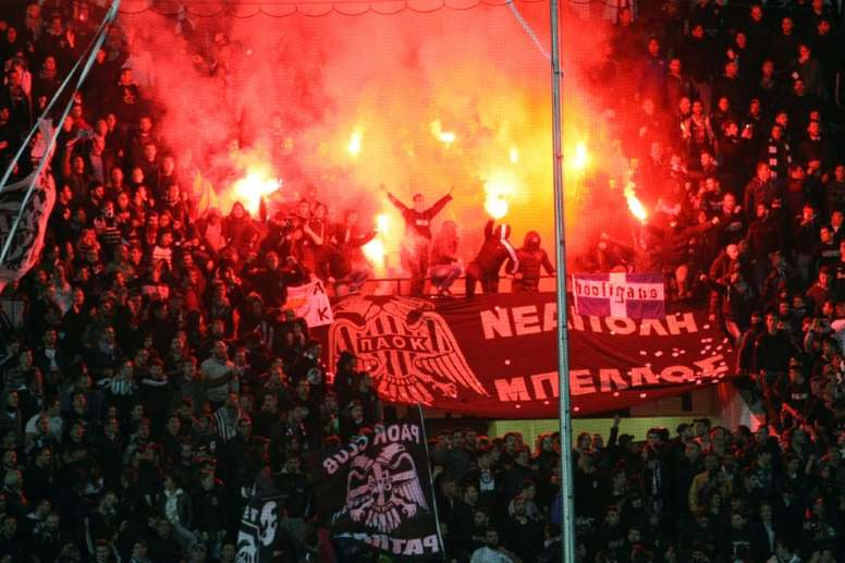 Paoks fans burn flares during the UEFA Europa League group stage football match PAOK FC Thessaloniki vs ACF Fiorentina at Toumpa Stadium in Thessaloniki on October 23, 2014
