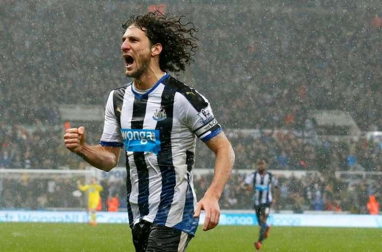 El zaguero ya suma ocho temporadas con el Newcastle. AFP