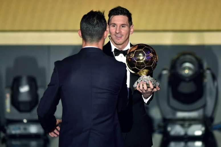 Leo Messi se saluda con Cristiano Ronaldo, tras ser proclamado vencedor del Balón de Oro 2015. AFP