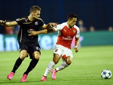 Dinamos Forward Marko Pjaca (L) vies for the ball with Arsenal forward Alexis Sanches during the UEFA Champions League Group F football match at Maksimir Stadium in Zagreb, on September 16, 2015