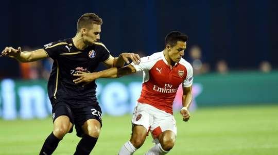 Dinamo's Forward Marko Pjaca (L) challenges Alexis Sanchez of Arsenal. BeSoccer