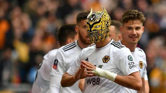 Raúl Jiménez alzó las ventas de las máscaras de lucha libre. AFP