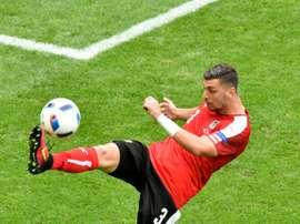 El Leicester quiere a Aleksandar Dragovic en su equipo. AFP