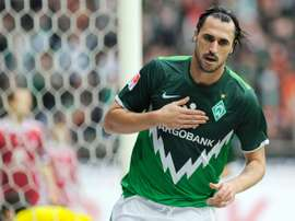 Portuguese international striker Hugo Almeida has signed for struggling German club Hannover 96 from Russian side Anzhi Makhachkala, the Bundesliga outfit announces