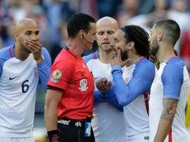 Colombian referee Wilmar Roldan expels USAs Jermaine Jones (2-R) during the Copa America Centenario football tournament quarterfinal match against Ecuador, in Seattle, Washington on June 16, 2016