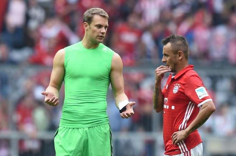 Rafinha neext to Manuel Neuer. Goal
