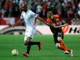 Sevillas midfielder Steven NZonzi (L) vies with Shakhtar Donetsks midfielder Viktor Kovalenko during the UEFA Europa League semi-final second leg football match in Sevilla on May 5, 2016