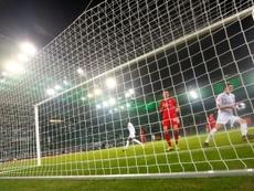 Jonas Hofmann (R) scores for Borussia Moenchengladbach in Fridays 3-2 win over Bayern Munich