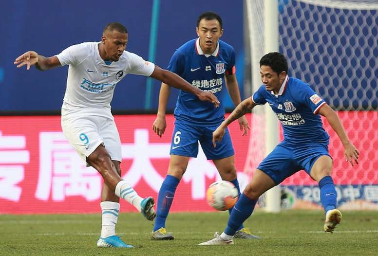 Dalian Pro got a last gasp equaliser in the CSL thanks to Salomon Rondon (L). AFP