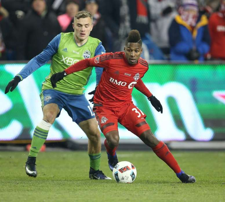 Jordan Morris (L) of the Seattle Sounders fights for the ball with Armando Cooper of the Toronto FC during their 2016 MLS Cup Final, at BMO Field in Toronto, Canada, on December 10