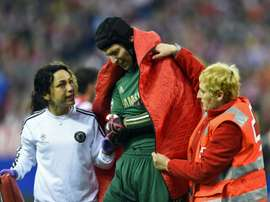 Chelseas Czech goalkeeper Petr Cech (C) leaves the pitch accompanied by team doctor Eva Carneiro after being injured during a match in Madrid on April 22, 2014