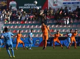El fútbol afgano vuelve a contar con focos en el Estadio de Kabul. AFP