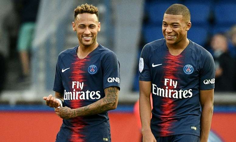 Neymar and Mbappe seemingly avoid passing to their team-mate. AFP