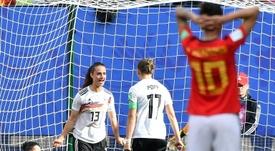 Sara Däbritz (i) hizo el gol alemán ante las españolas. AFP