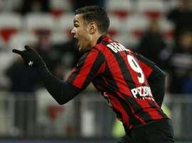 Hatem Ben Arfa, del Niza, celebra su segundo tanto ante el Angers, también de penalti. AFP