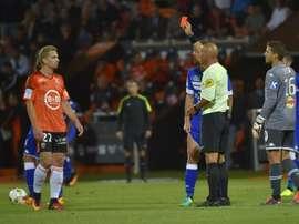 Momento en el que Benjamin Jeannot ve la roja tras empujar al árbitro durante un partido. AFP