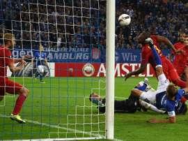 Schalkes defender Benedikt Hoewedes (R) scores during the UEFA Europa League first-leg football match between Schalke 04 and FC Salzburg at the Arena AufSchalke in Gelsenkirchen, western Germany on September 29, 2016